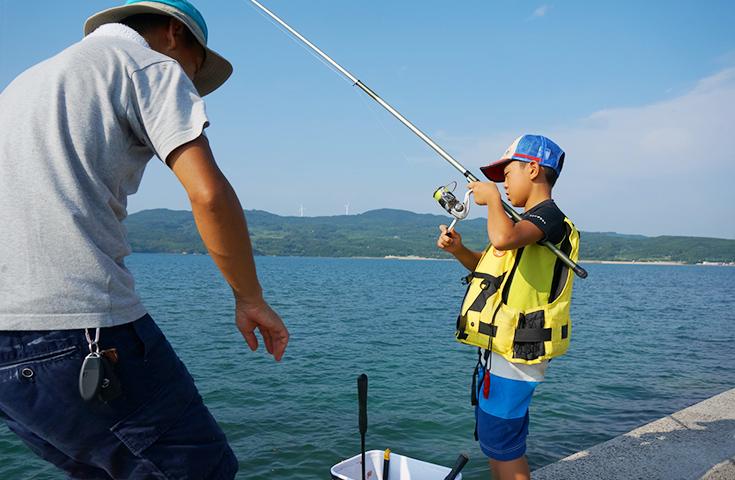家族で堤防サビキ釣り。アジが釣れる